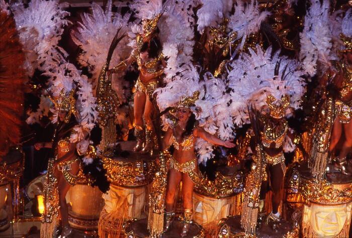 またリオはサンバが生まれた場所で、「世界最大のカーニバル」の開催地でもあります。サンバとルンバ、言葉は似ていますが、ルンバはキューバで生まれた音楽。サンバやボサノヴァはブラジルのリオデジャネイロで生まれた音楽なんです。