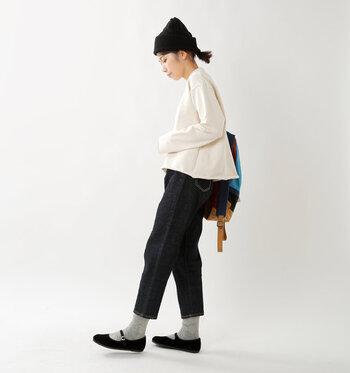 シンプルなデニムコーデに黒のニット帽を合わせたスタイリング。ボブヘアもローポニーにまとめてすっきり見せています。ニットと足元のベロア素材でウォーム感をプラス。