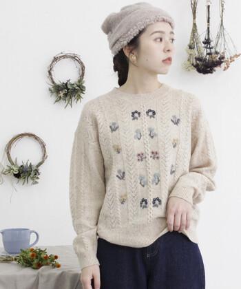 彩り豊かな「刺繍」のアイテムを取り入れたコーディネートは、温かな気持ちにさせてくれるような、不思議な魅力がありますよね。冬に限らず、オールシーズンで取り入れたくなる愛らしさです。  好きな花の刺繍があしらわれたアイテムを探したり、自分好みにハンドメイドで刺繍をしてみるのもおすすめですよ。ずっと大切にしたくなるような、とっておきの刺繍アイテムを見つけてくださいね。