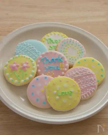 アイシングクッキーは、少し手間がかかりますが、デコレーションも楽しく、バレンタインらしい手作り感が演出できます。土台のアイシングクリームが乾いてからデコレーションをするのがにじまないコツです。