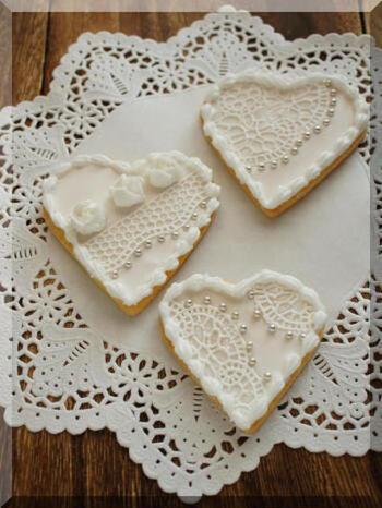 スイートなハート型アイシングクッキーも、白一色にするとエレガントで大人っぽいですね。レースのような繊細な砂糖細工ができるシュガーベールというマットを使っています。