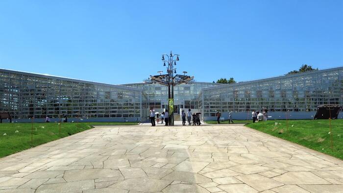 調布市にある「神代(じんだい)植物公園」は、都内唯一の植物公園です。その中にある大温室が、今回ご紹介するおすすめの温室のひとつ。2016年にリニューアルオープンした、比較的新しい温室です。
