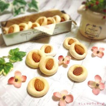 生地を作る必要なし。マシュマロを低めの温度のオーブンで焼くだけの超簡単クッキー。途中でアーモンドを押すようにのせ、さらに温度を下げて焼きます。材料たった2つで、サクサクのマシュマロクッキーの完成です。