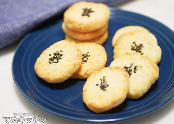 さつまいもを電子レンジにかけマッシュし、小麦粉を混ぜてまとめます。その生地をスライスして、トースターで焼くだけ。オーブンなしでおいしいさつまいもクッキーができあがります。