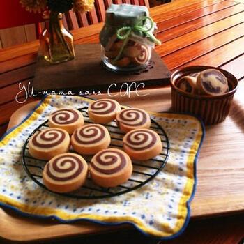バニラとココア、2種類の生地を重ねてくるくる渦巻に。冷蔵庫で冷やして金太郎飴のように切り、オーブンで焼くだけ。アイスボックスクッキーは、手が込んでるように見えて意外と簡単です。