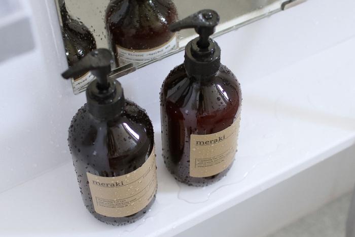デンマークのスキンケアブランドmerakiのシャンプー・コンディショナーは、パラベン、合成着色料、動物由来成分など、石油由来の成分は不使用で髪や地肌を優しく洗い上げてくれます。傷んだ髪向けの「ダメージリペア」・ツヤのある髪にしてくれる「モイスチュアライジング」・ボリュームを与えてくれる「ボリューマイジング」の3種類。
