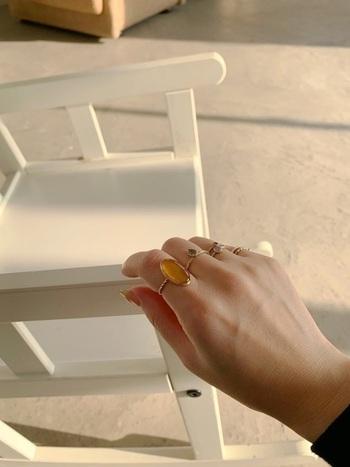 大きめリングは存在感もあって、かわいいですね。手元や指先に物足りなさを感じる時のコーデにもおすすめですよ。