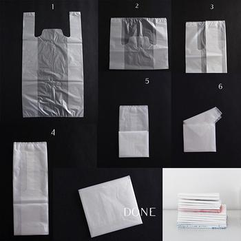 レジ袋は四角に折りたたむ方が収納がしやすいのでおすすめ。 上下を半分に折りたたんだら、左右を三つ折りにし、さらに縦に三つ折りするだけなので、意外と簡単ですよ。