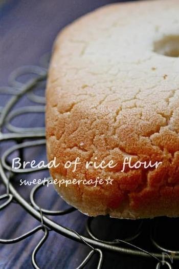 ホームベーカリーで作る、米粉100%のパンレシピです。米粉モードがなくても、早焼きコースで焼くことができますよ。