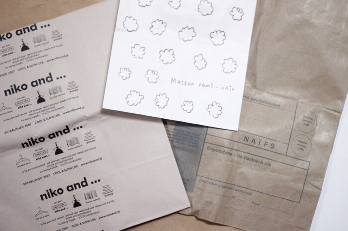 ゴミ袋としてレジ袋を使う場合は一週間~二週間に何枚要るのか決めて、必要分だけを保管するようにしましょう。決めた枚数以上を増やさないようにすれば、収納スペースを圧迫することもありません。紙袋も同様に必要数を決めておきます。新しく一枚増えたら、古い一枚を捨てるといったようにローテーションしていくと、古すぎる紙袋をいつまでも取っておくことがなくなりますよ。