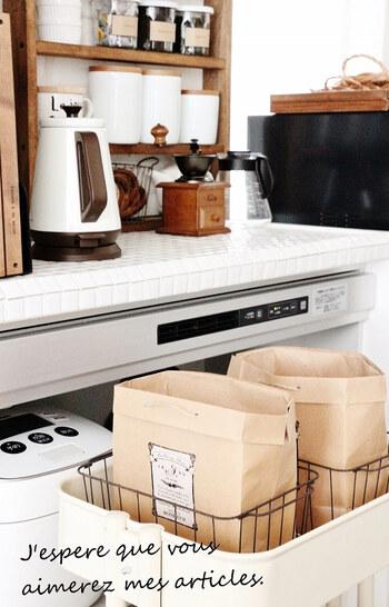 タマネギやジャガイモなど、常温で野菜を保管する時は、紙袋を使うと◎土で汚れても捨てるだけなのが便利です。おしゃれな袋なら見せる収納にもできますね。