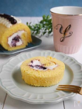 オーブンがない家庭でも作りやすい、ふんわりロールケーキ。卵や牛乳など、冷蔵庫にある材料でOKなのも嬉しいですね。巻く果物はお好みでどうぞ。