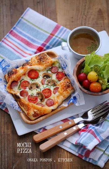トースターで焼ける餅ピザは、普通にピザを作るよりもかなりお手軽。切り餅を半分にスライスするので、10分もかからず焼き上がります。余ったお餅消費にも。