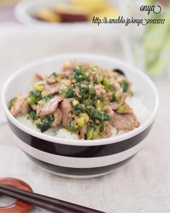 続いては、ガッツリ食べたい時のためのスタミナ丼。豚こまがちょっと残った時の消費レシピとしても優秀です。味噌味でご飯が進みますよ。