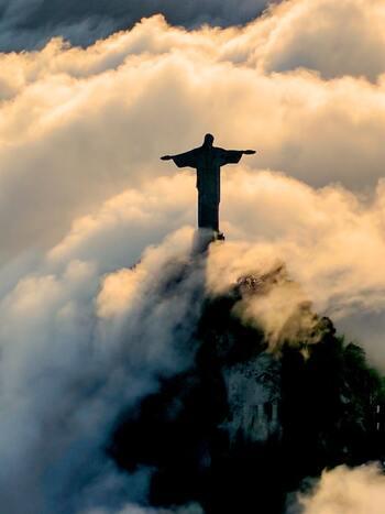 リオを象徴する、コルコバードの丘の上に立つ巨大なキリスト像。両手を広げたその姿は、まるで十字架のようです。  リオの街が眼下に広がる海抜710mに位置し、39.6mもの高さがあります。像の中は礼拝堂になっていて、150人程の人が入れます。
