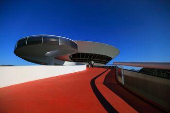 リオにはこんなユニークな建物も!建築家のオスカー・ニーマイヤー、エンジニアのブルーノ・コンタリーニによって設計されたモダンな美術館。