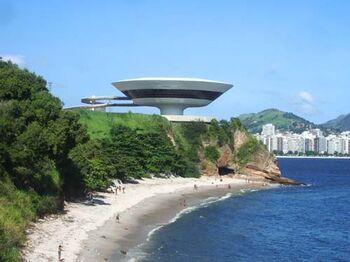 まるで宇宙船のような佇まいですよね。ニテロイ市民は、この美術館をDisco Voador(空飛ぶ円盤)と呼んでいるそうです。
