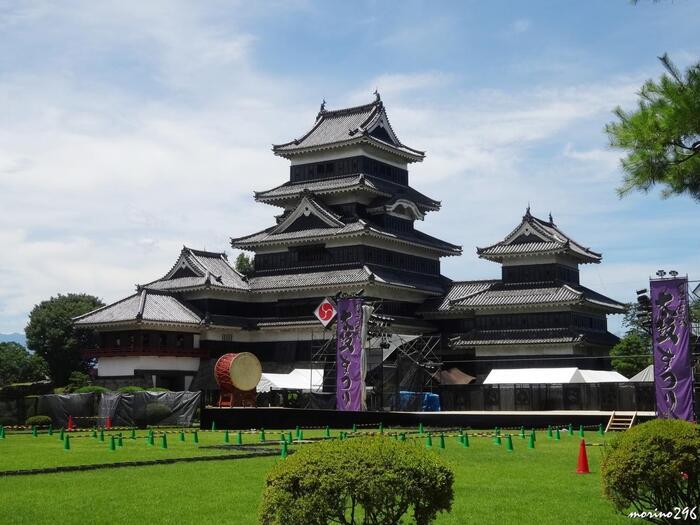 松本城の夏の夜のイベントに太鼓祭りがあります。大きな太鼓をダイナミックに打ち鳴らすステージは圧巻です。夏らしい活気あふれるイベントを体感できます。