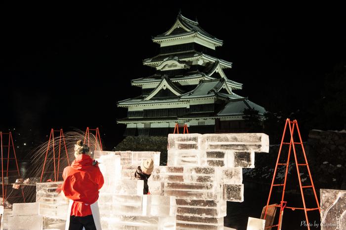 松本城公園で開催される氷彫フェスティバルは、若手氷彫作家が集まる登竜門的なコンクールです。場内には繊細かつ大胆な氷の彫刻が並び、ライトアップも楽しめます。氷の滑り台など子供も楽しめるコーナーもあり、イベント中は様々な催しが企画されます。