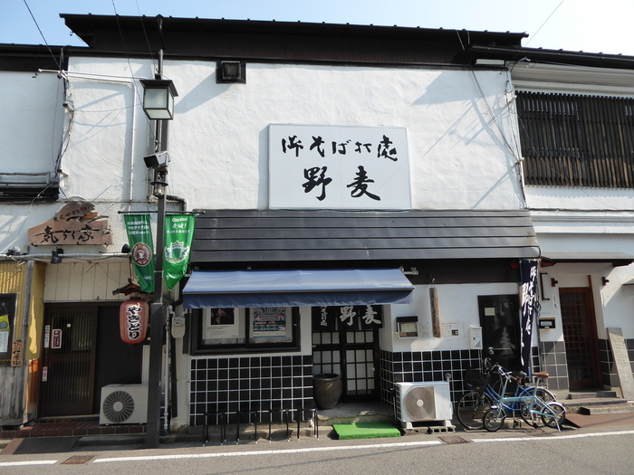 JR松本駅から徒歩10分、観光にも便利な立地のお蕎麦屋さんです。人気のため、外には待つための椅子も用意されている繁盛店です。