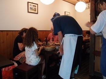 お店の中は純和風の落ち着いた作り。蕎麦屋さんらしく、小さめのテーブルと椅子が用意されています。