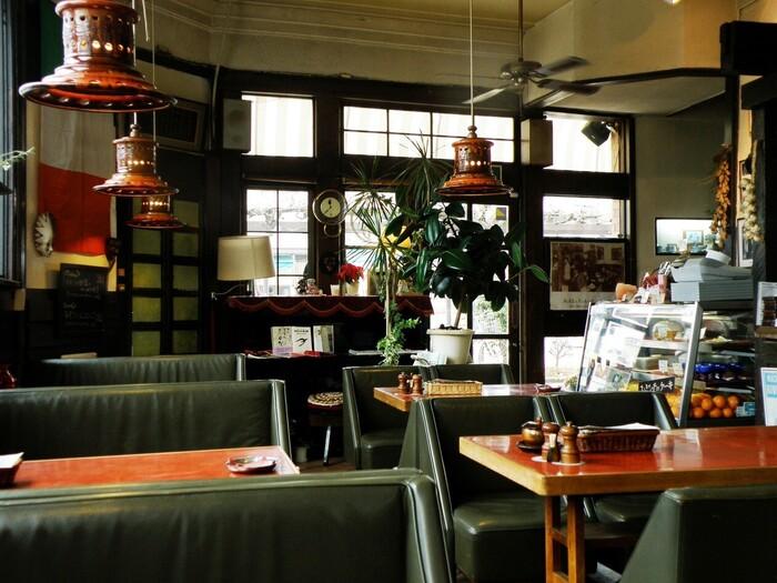 店内はレトロでおしゃれな空間。ライトや椅子など時代の統一感があって素敵です。