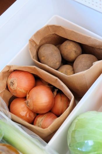 冷蔵庫に野菜をしまう時も、紙袋が役立ちます。紙袋の口を折りこめば、しっかりと自立するので野菜室の仕切りにも。冷蔵庫の中も汚れにくくなり、掃除が楽になるメリットもありますよ。