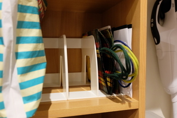 カラーボックスにブックエンドを使って、紙袋を立てて収納するアイデアです。紙袋が倒れず、サイズごとに仕切ることができます。クローゼットの中で、棚を使って紙袋を収納うる時におすすめ。