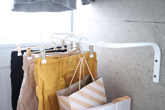 頻繁に使う靴下を紙袋に入れてハンガーラックに収納する方法です。洗濯後も丸めてポイっと入れるだけなので、ずぼらさんにもおすすめのお手軽収納術。子供用のハンガーラックに使えば、子供でも簡単に身支度や片付けができますね。