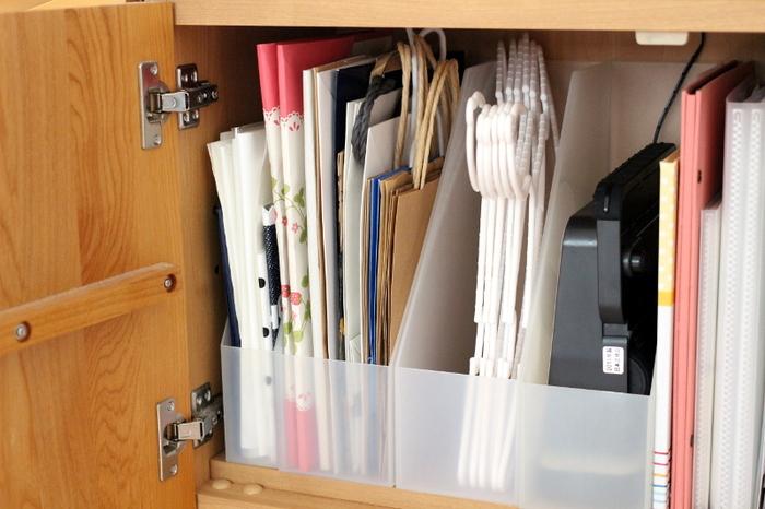 キャビネットなどの中にファイルボックスを使って紙袋を収納する方法。ファイルボックスに入る分だけ保管すると決めれば、紙袋が必要以上に溜まりません。また、サイズ別にファイルボックスを分けると使う時にも便利です。