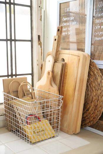 ワイヤーバスケットに紙袋を入れて、キッチンの目につくところに置いている実例です。目に入る場所だと増やさないように心がけることができそうですよね。また、紙袋がキッチンの取りやすい場所にあると、お菓子や野菜をお裾分けする時にも便利です。
