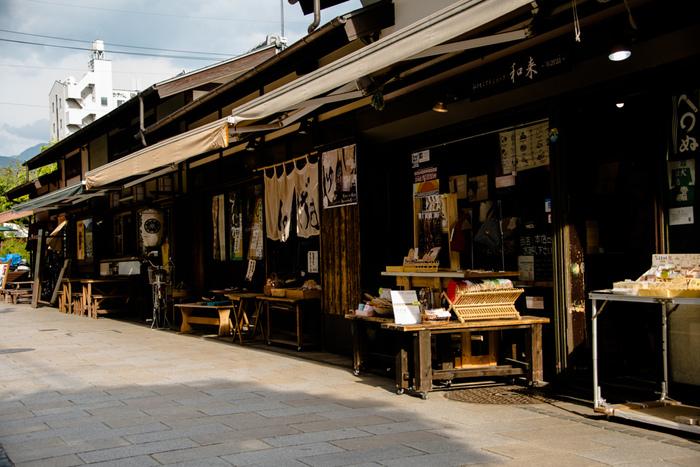 カエルがシンボルになっている「なわて通り」商店街は松本城から5分とほど近い。長屋風に並んだお店には、食べ物やお土産など様々な商品が並び賑やかです。