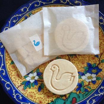 人気のお土産は白鳥の姿が可愛らしいソフトクッキーです。ほろりと柔らかく崩れるクッキーは落雁を思わせるような口当たり。