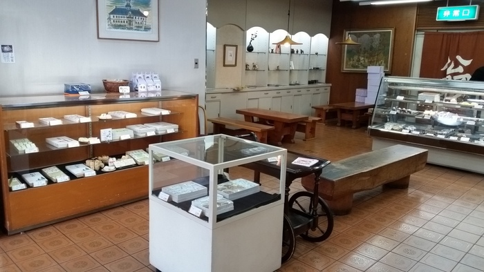 お店の中は昔ながらの和菓子屋さんの佇まい。明るい窓辺の喫茶スペースも2階にあるので、ちょっとした休憩にも使えそう。