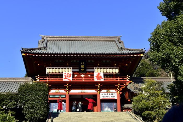 鎌倉の初詣といえば「鶴岡八幡宮(つるがおか はちまんぐう)」。「鶴岡八幡宮」は毎年約250万人もの方々が初詣に訪れているという、最も有名で、人気の高い神社です。  関東県内でも有数の初詣スポットなので、ぜひ訪れていただきたい場所。