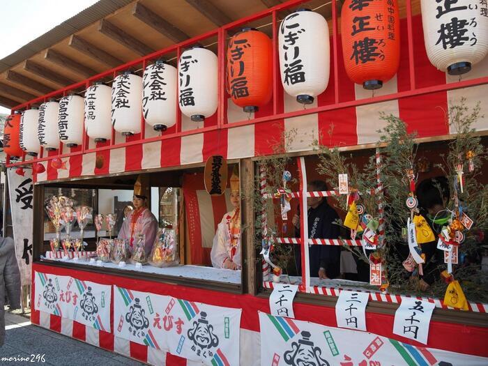 この本覚寺は商売繁盛のお寺で、商売の神様であるえびす様が祀られています。  本覚寺ではお正月は「初えびす」1月10日に「本えびす」が開かれますので、ぜひご利益を授かりましょう。