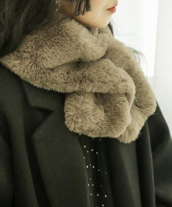 首元にファーのティペットで防寒対策をしながら上品さをプラス。ドレスの上から肩掛けしてもおしゃれ。冬のおめかしコーデが一気に華やぎます。