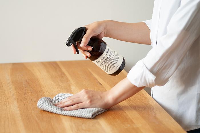 """抗菌・防臭効果に優れた「""""カウンターインテリジェンス""""フードセーフ スプレー」は、キッチンカウンターやダイニングテーブルなど、食品を扱う場所のお掃除に最適なクリーナーです。汚れが気になる場所にスプレーするだけで簡単にお掃除できるので、キッチンやダイニングにひとつは常備しておきたいアイテムです。"""