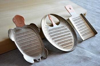 プロの料理人が選ぶ「大矢製作所」の「銅おろし金」は軽くおろせて風味が引き立つと人気。ツルのみ2,100円(税抜き)、カメと羽子板は2,000円(税抜き)。
