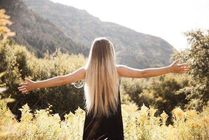 太陽の光を浴びることで、幸せホルモンと呼ばれるセロトニンが増え、緊張緩和やリラックス効果が期待できます。また太陽の光は体内時計を整えてくれる働きもあると言われていますので、朝のウォーキングはセロトニンを増やすのにベストな運動と言えるでしょう。