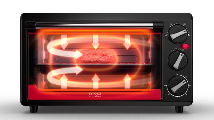 """コンベクションオーブン機能は、熱風で熱する、つまり「熱風で包み込むように焼き上げる」機能のことを指します。  「コンベクションオーブン」という名のついた調理家電の特長は、 従来のオーブン製品の機能(上・下のヒーターでやや直接的に加熱)に加えて、このコンベクションオーブン機能(熱風ファンによる加熱)を組み合わせた調理ができること。  """"コンベクションオーブン""""という名前を見ると、""""オーブンの仲間""""というイメージを持ちやすいですが、実際のところ、""""オーブン""""の機能を指すわけではないんですよ。"""