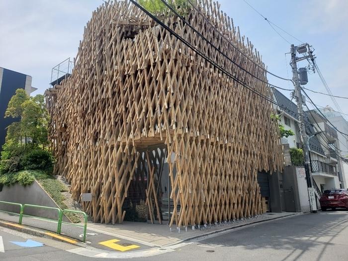 表参道駅から7分ほどのところにある「Sunny Hills 微熱山丘(サニーヒルズ)」は、台湾生まれのスイーツブランド。台湾スイーツといえば「パイナップルケーキ」が有名ですが、その代表的なお店です。建築家の隈研吾氏によるダイナミックな格子デザインの建物が印象的。