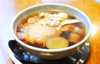 シロップは季節によって異なり、こちらは冬に登場する「黒糖」。なめらかな豆花にあっさりとした甘さがよく合います。寒い日に温かい豆花をいただけば、体もぽかぽかに。