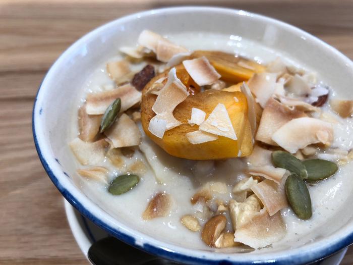 こちらも温かい「季節のフルーツと豆乳シロップのチェー」。フルーツは時期によって変わり、この日は柿を使っています。豆乳ベースのシロップに生姜や白あんも入っていてとろりとしているのが特徴です。日本でも馴染みのあるフルーツを使っているのに、しっかりアジアンテイスト。