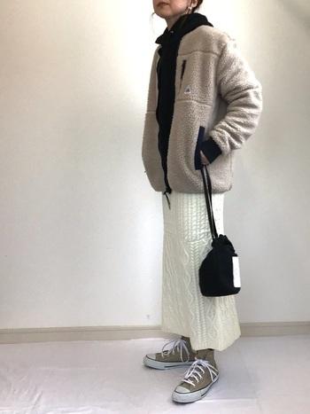 ニットスカートで温かな印象のコーデ。ニットは季節感も出るので冬の着こなしに取り入れたいですね。トップスにニット素材を合わせてセットアップのように着こなすのも素敵。