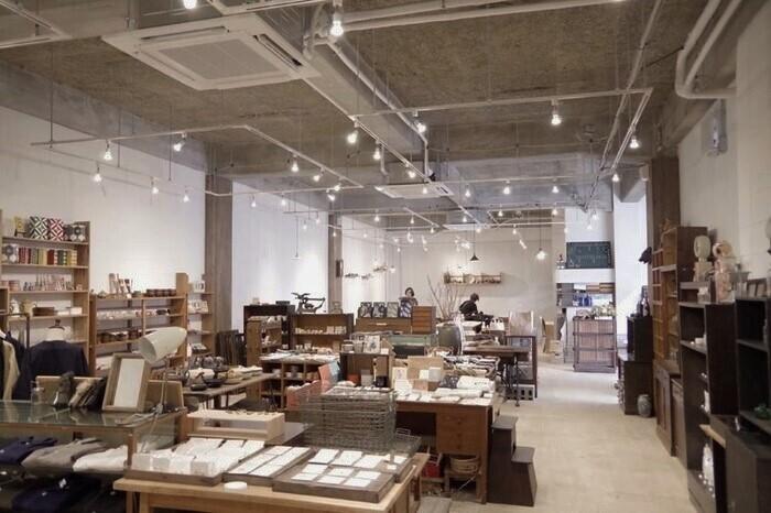 天井が高いファクトリー風なワンルームに、カフェと雑貨ショップが仕切られています。