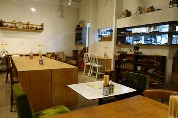 カフェはカウンターとテーブル、あわせて41席。