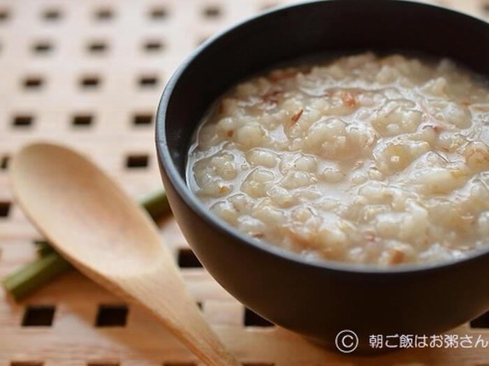 炊飯器のおかゆモードを利用すれば、前日の夜セットして、翌日の朝ちょうど良い加減のおかゆが完成します。お米の他にもち麦と鰹節をブレンドしたおかゆ。簡単なのに、食感も風味も豊か。朝からほんわか癒されますよ。
