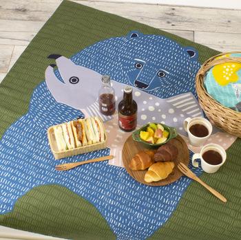 型染アーティストkata kataの愛らしいデザインが目をひく「むす美」の「どうぶつ風呂敷」3,000円(税抜き)。ユニークな絵柄は、4パターン。