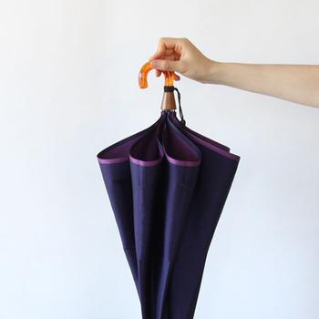 2色の糸が織りなす深みのある色合いが上品です。機能と美しさを兼ね備えた折りたたみ傘は、おしゃれなあの人もきっと気に入ってくれるはず!